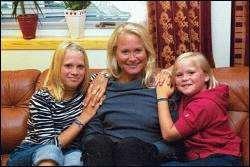 Lene er stolt av hva hennes tre døtre presterer i bassenget. For øyeblikket er det Hanne (i midten) som tar det mest alvorlig, mens Ida leker seg i konkurranser.