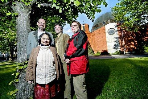 Morten Hagen fra Norge (til venstre), Norbert Czynski fra Polen, Julianna E. Moberg fra Ungarn og Alma Fabella-Karlsen fra Filippinene synes det internasjonale miljøet i St.Birgitta-kirken er berikende.