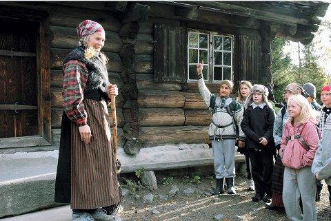 Barneskolebarna ønskes velkommen av museumspedagog Målfrid Ravnåsen Vangen på Friluftsmuseet.