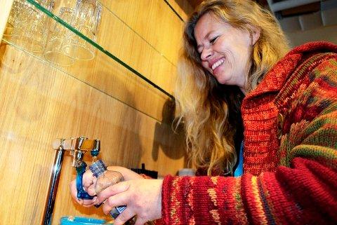 FYLL SELV: – Fyll opp vannflasken med springvann, så sparer du både pengene dine og miljøet, tipser Tone Granaas i Grønn Hverdag.