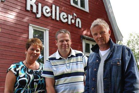 """: TVNorge-programmet """"Åndens makt"""", her ved programleder Tom Strømnæss (t.h), tok turen til Kjeller´n fritidsklubb i Ski for å rense stedet for såkalt åndelig aktivitet. Her med senterleder ved Kjeller´n, Stein Nøsting og samboer Tonje Almnes."""