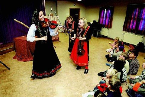 Marianne Tomasgård (f.v.), Agneta Holmer Mæland og Elisabeth Olhans har hentet frem sine folkemusikalske røtter og dannet kjerringrokk. Her er de på besøk på Bøleråsen skole i 2006. Lørdag ettermiddag spiller de i Rådhusteatret.