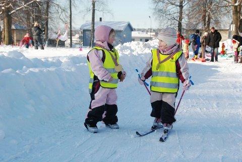 Alle barna fikk medalje for deltagelse på skidagen i Melløsparken.
