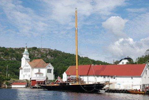 """- Vi skal sette Moss på kartet ved og delta og har som mål å vinne flere store regattaer, sier """"Britannia""""s Sigurd Coates. I morgen ettermiddag kommer endelig med  kongeyachten sin hjem til Son der omfattende riggarbeider gjenstår. Bildet er tatt på Hidra i forbindelse med et kort stopp i går ettermiddag."""