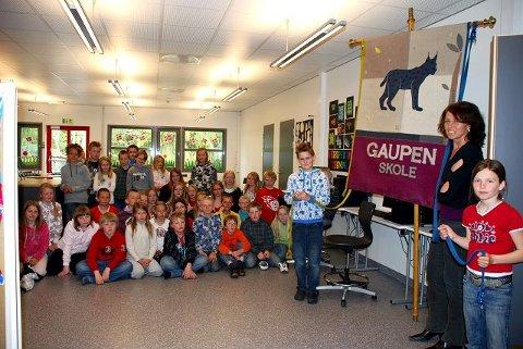 Martha Roterud viste fram fana hun har laget til Gaupen barneskole til begeistrede elever tirsdag.