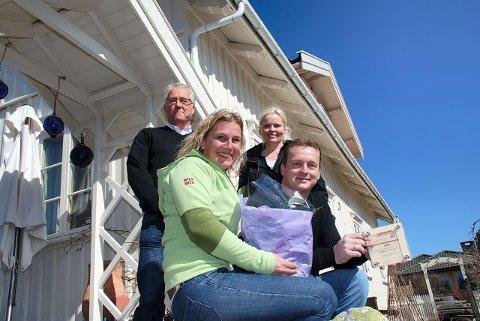 Amalie Ree Harangen og Morten Harangen (foran), Tone Bente Bergene Holm og arkitekt Ingar Vedeld under overrekkelsen av inspirasjonsprisen for ekteparets arbeide med Moveien 98c.