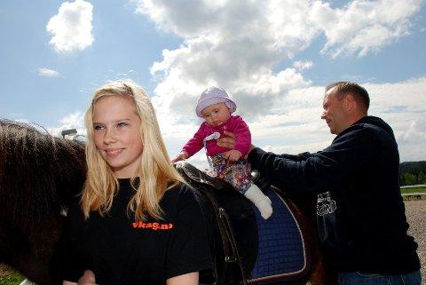 Frida Strysse debuterte på hesteryggen for aller første gang i en alder av seks måneder. Det skjedde under Åpen gård på Kjenner. Veronica Bredesen passer på at hesten holder seg helt i ro.