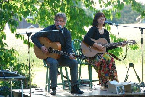 Håkon Paulsberg og Laila Yrvum underholdt med visesanger