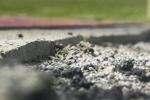 Ved starten på 200-meteren er det gravd en grøft som skal lappes sammen igjen. Det setter imidlertid en demper på MILs treninger.