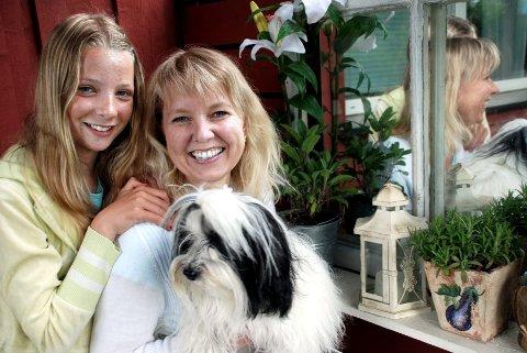 Forfatter Marit Reiersgård Bredesens nye bok er i salg fra slutten av juli. Datteren Vilde og hunden Uno har vært til inspirasjon.