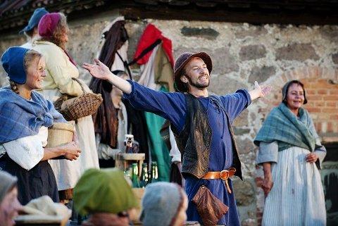 BÆRER FORESTILLINGENErik-André Hvidsten gestalter flere ulike karakterer i «Bak vollene», og imponerer som skuespiller. Alle foto: Ole -Martin Grav