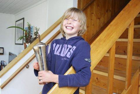 POKALVINNER: Marius Burkovskis Jacobsen er utrolig stolt over å ha sikret seg Kees Verkerks vandrepokal i år. Den deles ut til dysmeli- handikappede barn som har utmerket seg. Nå skal niåringen også være med i en TV-serie om handikap på NRK.Foto: Terje Barø