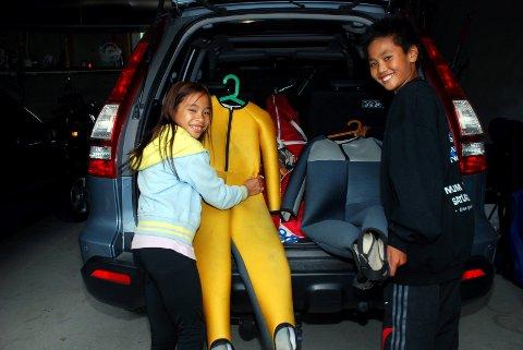 Thea Sofie (9) og Sander (12) Kleven pakker ned hoppdressene før avreise til kveldens treningsøkt i Gjerpenkollen.