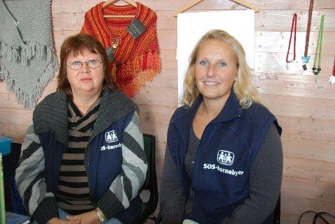 Jorun Grøndahl Pedersen og Marie solvoll Lyby selger smykker, hjemmestrikkede vanter, høst-dekorasjoner og hjemmebakte kaker til inntekt for SOS-barnebyer.