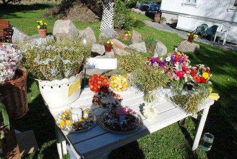På høstmarkedet var det utstilt blomster i mange farger og varianter.