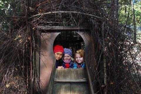 Et naturtro fuglerede er bare én av mange aktivitetsstasjoner i Nordens Ark. Fugleungene heter Marte Johanne Fredriksen (7), Selma Fredriksen (3) og Johanna Holtvedt (4).