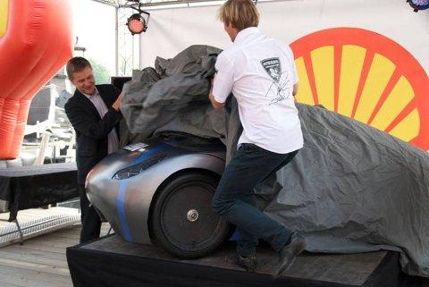 Erik Solheim og Petter Solberg sto for avdukingen av DNV Fuel Fighter, onsdag.