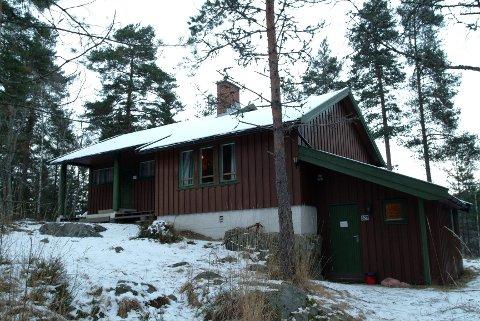 KFUM/KFUK-speiderne på Mortensrud har en hytte, men den er stengt på grunn av store skader i taket. Nå håper speiderne på hjelp for å få satt den istand igjen.