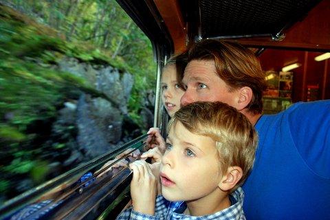 Hele togturen fra Myrdal til Flåm står Rasmus (6), Lea (8 ½) og pappa Christoffer H. Hansen ved vinduet.