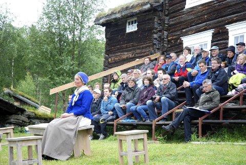 INTIMT TEATER: Publikum sitter nesten midt på scena i syngespelet «Noen må gå foran» på Oustatunet i Vingelen.