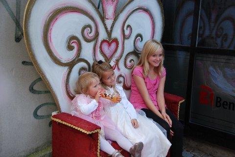 Tre søte jenter har inntatt prinsessestolen.