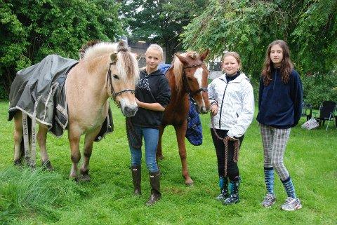 Emma Andresen, Ida Westerheim og Elena Munos tok på seg jobben med å geleide hestene rundt i parken.