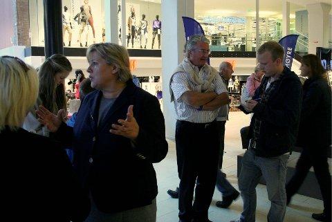 INNSPURT: Partileder Erna Solberg og ordfører Fabian Stang møtte velgere på Lambertseter senter.