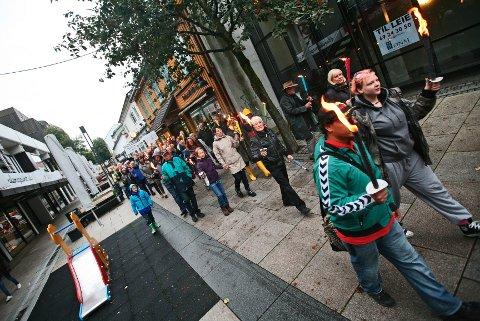 Tage Pettersen og rundt 200 andre møtte opp da det ble arrangert fakkeltog gjennom Dronningensgate i Moss mandag til støtte for å beholde akuttmottaket.