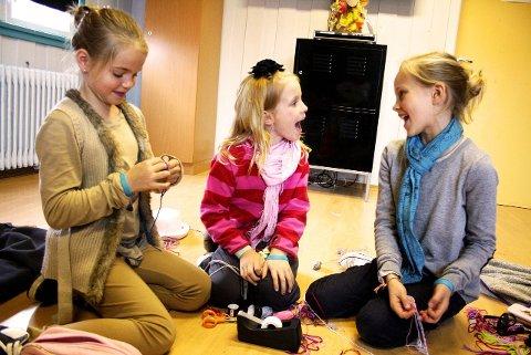 FLETTEBÅND: Sara Sommerfelt (t.v.), Kathinka Thomas og Leah Wikev Nygaard har tatt turen fra Drøbak for å få med seg Barnas verdensdag. Foto: Lise Rafaelsen