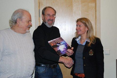 TAKK: Jon Brække og Terje Thorbjørnsen takket i går banksjef Beate Steen Pedersen for gaven til utgivelsen av «Skipsbygger`n på Horten». FOTO: JAN BROMS