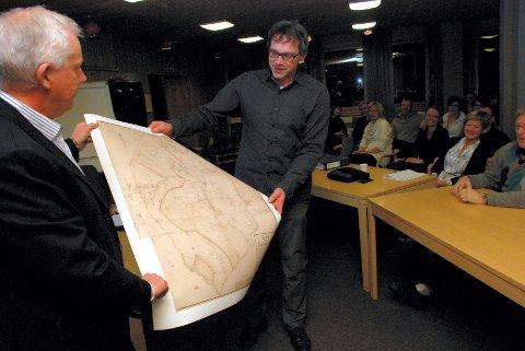 GAMMELT KART: Tynset-ordfører Salbu fikk et gammelt kart over Tynset fra 1762, da Alvdal og deler av Folldal var med i kommunen, av helsearkivdirektør Tom Kolvig.
