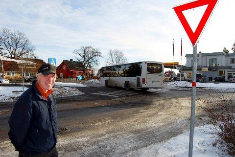 Jan Olav Haukemyr fra Nøtterøy jobber i Horten og sier han flere ganger har opplevd farlige situasjoner med rutebusser i dette krysset i Horten.