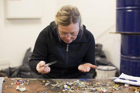 Jobber på pinsettnivå. Her rådgiver Marit Hansen fra Oslofjordens Friluftsråd igang med å granske bittesmå plastbiter og annen elndighet.