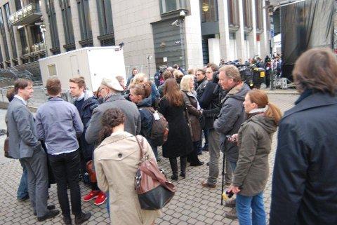 Advokat John Christian Elden (til venstre) og Eskil Pedersen (med ryggen til) var blant de første som møtte opp utenfor Oslo tingrett ved 07-tiden mandag.
