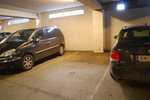 Til tross for at det det er gratis er det ikke mange som benytter muligheten til å parkere i Grev Wedel på lørdager. Dette bildet er tatt en lørdag i sommer.
