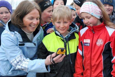 NYSGJERRIG: Gro Eirin Kletten Svee (9) (til høyre) og Erling Rønning Nytrøen (8) går begge i tredje trinn ved Tynset barneskole. De synes det ser spennende ut å lete etter skatter med GPS. Til venstre: Gunn Torill Ryen, Barnas Turlag Tynset. Foto: karin Tørklep Sletten