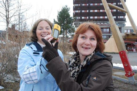 BLI MED!: Gunn Torill Ryen (til venstre) og Ellen Rogne Bondø i Barnas Turlag Tynset oppfordrer små og store til å bli med og finne skjulte skatter ved hjelp av internett og GPS. Foto: karin Tørklep Sletten