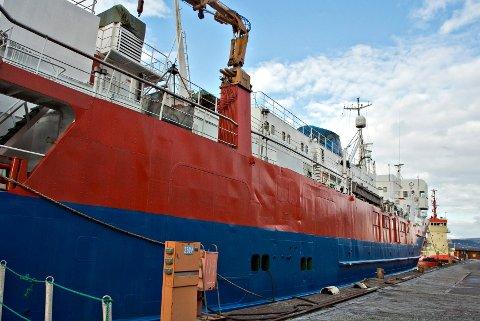 Slik lå M/S Pan Trader til kais ved Drammen Yard mandag ettermiddag. Og slik har det ligget i fire år. Før det lå det Panama-registrete skipet med seileforbud i Selvikbukta i Drammensfjorden i 18 år - med sprit og andre tollvarer plombert inn i skipet.