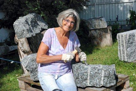 STEIN: Kunstner Anne-Lise Toverud i Åsgårdstrand gleder seg til å gi andre innsikt i hvordan man kan forme stein til kunst.  Foto: Annette Grasmo Bergman
