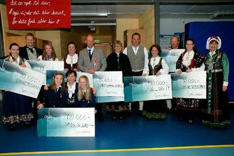 Tilskudd fra Jordbæreventyret ble delt ut 17. mai. Her står glade prisvinnere sammen med Tron Hellum (nr. 2 fra venstre) og prisutdeler Ulla Nævestad (til høyre). (Foto: Stein Styve)