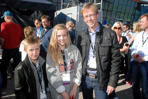 Jon Line fra Grav, sønnen Enzo (9) og datteren Izia (13).