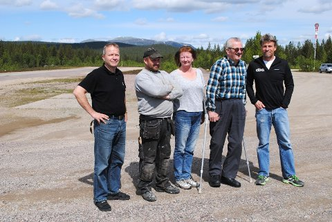 ROS: Vidar Lerbak, Helge Bråten, Gerd og Gunnar Kristiansen skryter av Stensvaags innsats for flystripa.