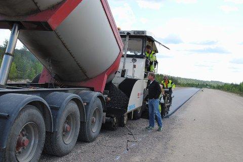 OPPSYN: Stensvaag har ryddet skog, kjørt grus og tromlet sjøl, nå følger han med i asfaltlegginga.