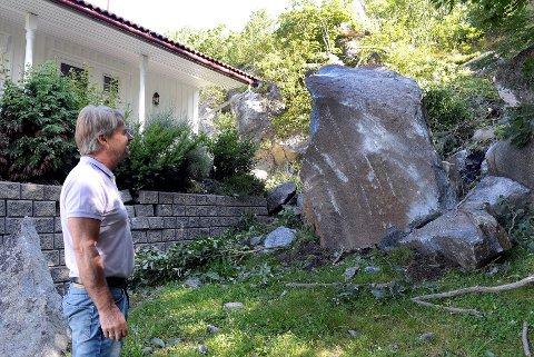 Ågee Haraldsen fra Sandefjord kommune ved steinraset som nesten traff huset. Eierne forteller at her pleier de å oppholde seg samtidig med barnebarna.