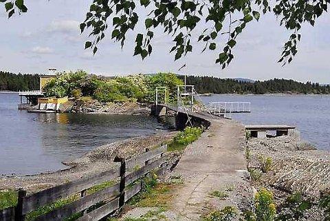GANGFORBINDELSE: Øya har gangforbindelse fra østre del av Nesøya hvor eiendommen har rettighet til garasje. Bolighuset på øya er fra 1932. FOTO: ADVOKATENE SEM OG JOHNSEN EIENDOMSMEGLING