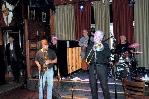 BONE VOX: Bone Vox består av Sture Hedløv (trombone), Johan Bergli (altsax), Roy Hellvin (piano), Svein Briså (bass) og Leffi Osen (trommer).