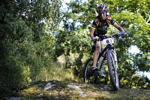 Kristoffer Sandaker ser ut til å være en dreven syklist og hadde god kontroll i det teknisk krevende partiet av terrengsykkelløypen i Nesparken.