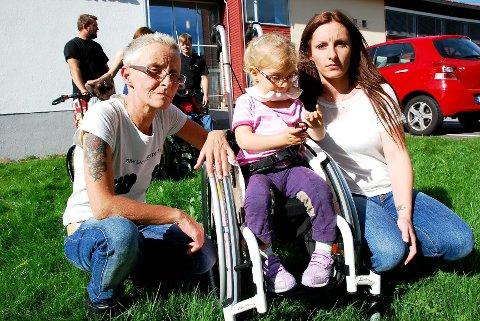Mormor Rose-Marie Thorheim og mamma Maya Thorheim sammen med seksåringen Leah Marikken Thorheim, som hadde gledet seg til skolestart.