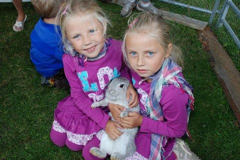 FIN KANIN! Kaninen har funnet roen i fanget til søstrene Mia Sofie og Ida Hermine, som kom på besøk til Renskaug fra Drammen. (Foto: Stein Styve)