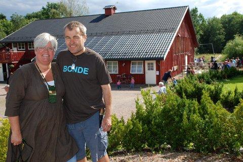 - VELKOMMEN til gårds, ønsker vertsskapet på Renskaug gård, Tone Bergflødt og Øystein Narjord. (Foto: Stein Styve)